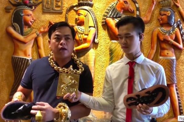 """""""Đại gia vàng"""" Sài Gòn """"chơi lớn"""": Sản xuất 500 đôi dép da cá sấu, đính vàng bán giá 5 triệu đồng/đôi để từ thiện"""