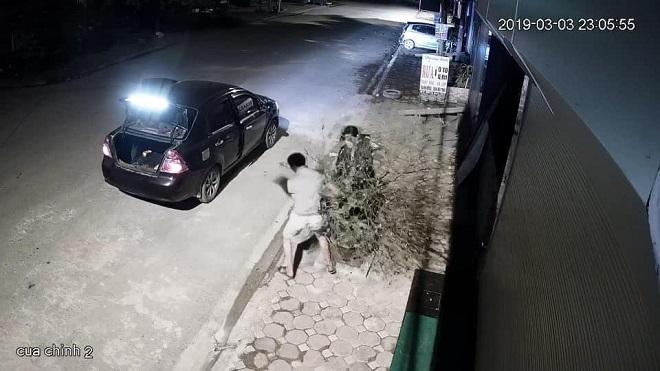 Vợ chồng đi xe hơi trộm đào giữa đêm bị tung clip, người vợ mang cây trả lại rồi vào tận nhà gia chủ xin lỗi