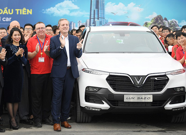 VinFast chào đón chiếc xe Lux SA2.0 sản xuất chính thức đầu tiên lăn bánh khỏi dây chuyền lắp ráp