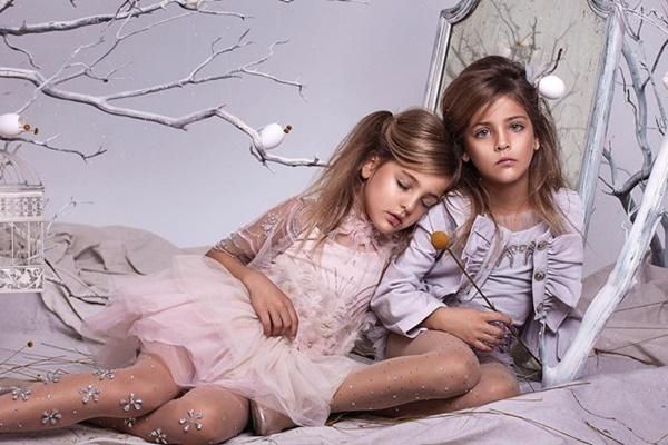 Cặp chị em song sinh 9 tuổi xinh đẹp kiếm hàng triệu đô mỗi năm từ hợp đồng quảng cáo