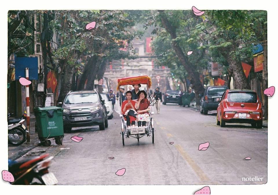 Cứ bắt gặp hình ảnh du xuân Hà Nội bằng xích lô là lại nhớ về những cái Tết ấm áp đầy khắc khoải. (Nguồn: Kenh14.vn, ảnh: Noteller Illustration)