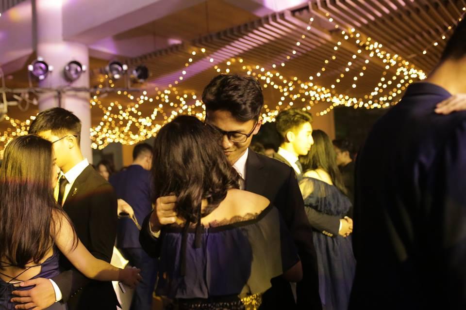 Các cặp đôi không ngại ngần bày tỏ tình cảm, đa phần là những cặp đôi năm cuối, sắp lên đại học.
