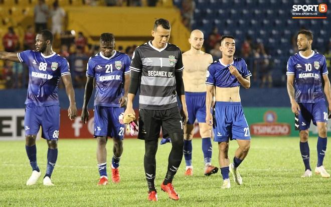 Để thua dễ 3 bàn ở AFC Cup, thủ môn Tấn Trường của Bình Dương bị nghi bán độ