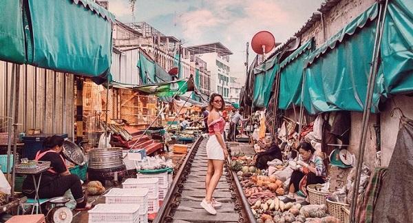 """Đến Bangkok mà không check in """"khu chợ đường ray"""" độc nhất vô nhị này thì đúng là """"phí của giời"""""""