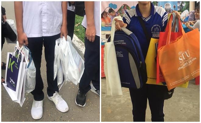 Học sinh đi tư vấn tuyển sinh được tặng nhiều tài liệu như thể vừa đi shopping về