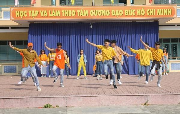 """Cả lớp hóa """"team vàng cam"""" tỏa sáng trên sân khấu trường cống hiến màn """"quẩy siêu cấp"""" làm xôn xao cộng đồng mạng"""
