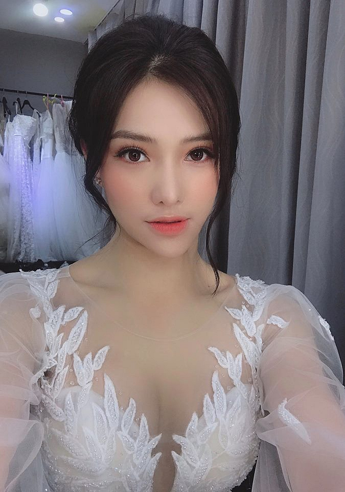 """Lưu Đê Ly đăng hình """"cuối năm cưới"""", khẳng định thêm: mặt trái xoan đã lỗi mốt, giờ là thời đại của """"mặt trái xoài"""""""