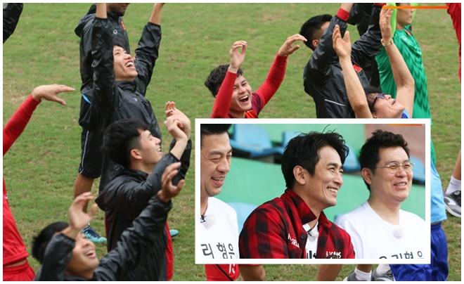Khách đặc biệt ghé thăm, U23 Việt Nam có buổi tập đầy tiếng cười trước trận quyết chiến U23 Thái Lan