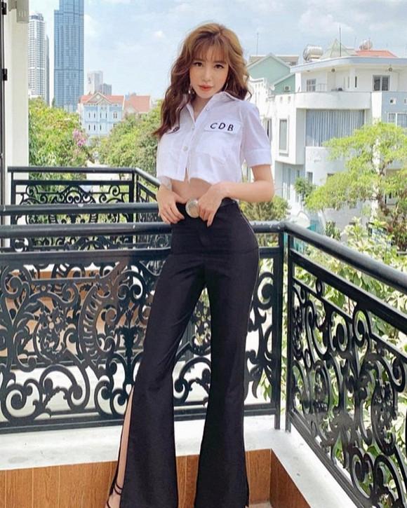 """Khoe nhan sắc xinh đẹp, thân hình bốc lửa nhưng Elly Trần lại bị """"soi"""" ra bằng chứng """"sống ảo"""" cực hài"""