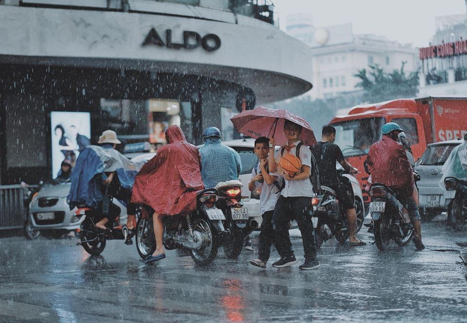 """Hà Nội lại mưa, cơn mưa cuối xuân đầu hạ """"dội"""" về mạnh như hoài bão của tuổi trẻ"""