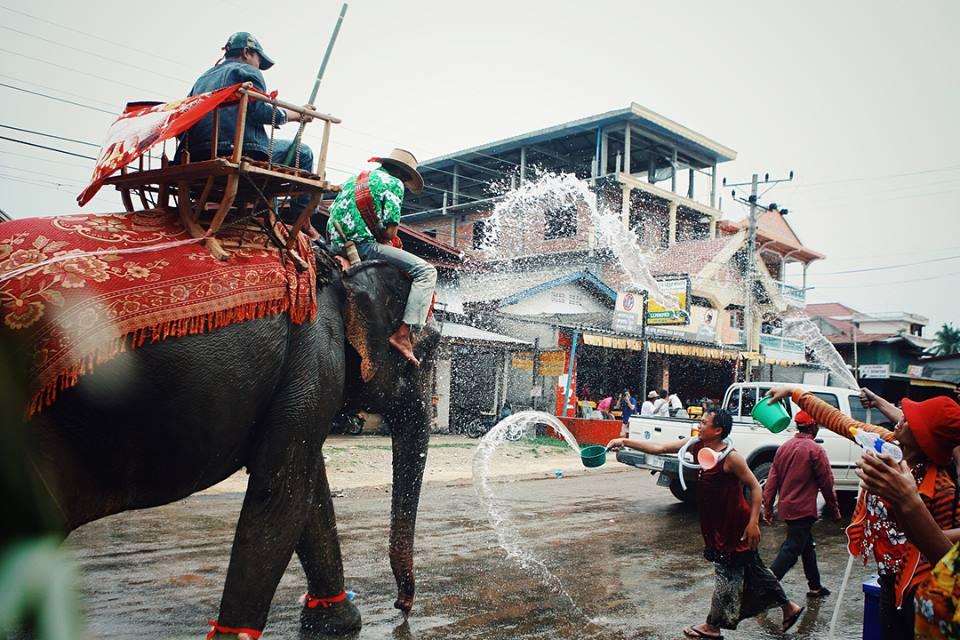 """Cần gì sang Thái xa xôi, """"xứ sở triệu voi"""" cũng có lễ hội té nước cho bạn """"quẩy"""" tung trời này"""