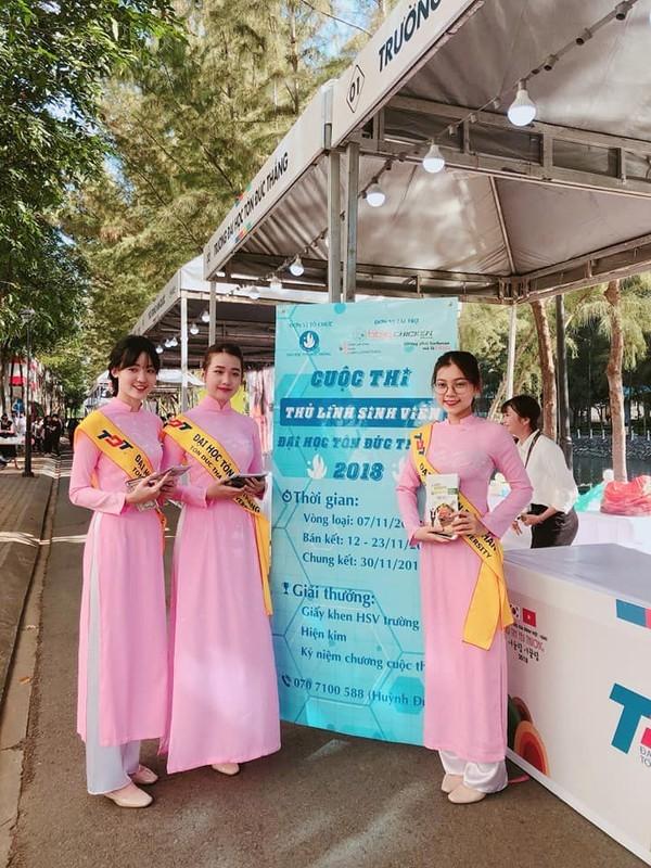 Đội lễ tân của trường ĐH Tôn Đức Thắng trong đồng phục áo dài hồng.