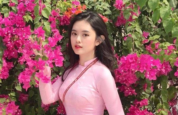 Các nữ sinh ĐH Tôn Đức Thắng sẽ diện đồng phục áo dài màu hồng phấn nhẹ nhàng ở các ngày thứ Hai, thứ Năm và các buổi chào cờ hay những sự kiện quan trọng của trường.