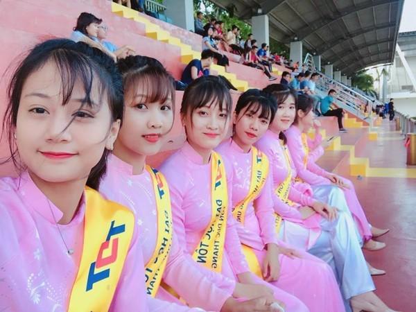 Chính nét đẹp dịu dàng, thanh lịch trong trang phục áo dài truyền thống của các nữ sinh ĐH Tôn Đức Thắng đã tạo nên một phong cách không thể lẫn đi đâu được cho sinh viên trường.