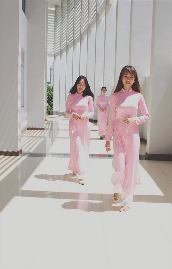 Bộ đồng phục này không chỉ tạo cho các nữ sinh ĐH Tôn Đức Thắng thêm phần xinh đẹp mà nó còn tạo cảm giác khá thoải mái.