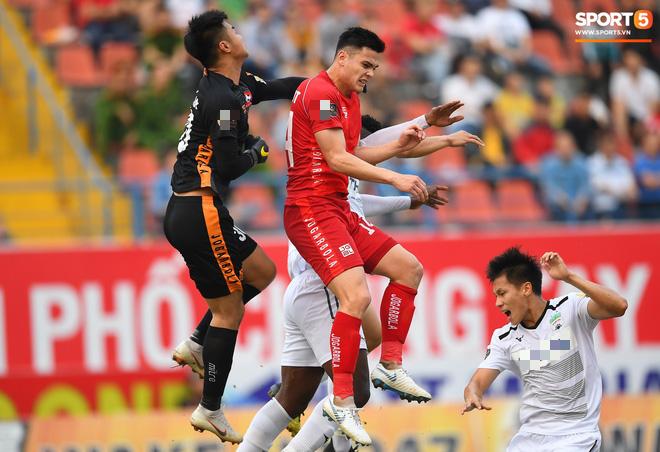 Sở hữu chiều cao lý tưởng 1m85, cầu thủ con lai Việt - Đức luôn tham gia tích cực vào các pha chống bóng bổng của đội nhà.