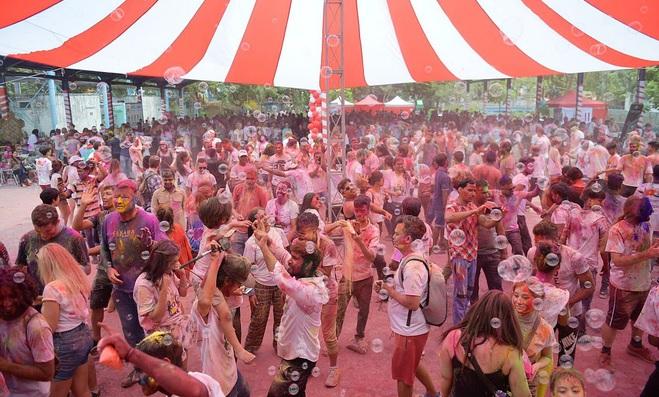 Hàng trăm bạn trẻ hào hứng hòa vào lễ hội ném bột màu Ấn Độ Holi sôi động tại Hà Nội