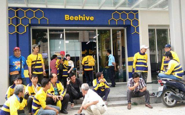 Hàng trăm tài xế xe ôm công nghệ quây văn phòng Be tại Sài Gòn vì bị giảm thưởng do app lỗi