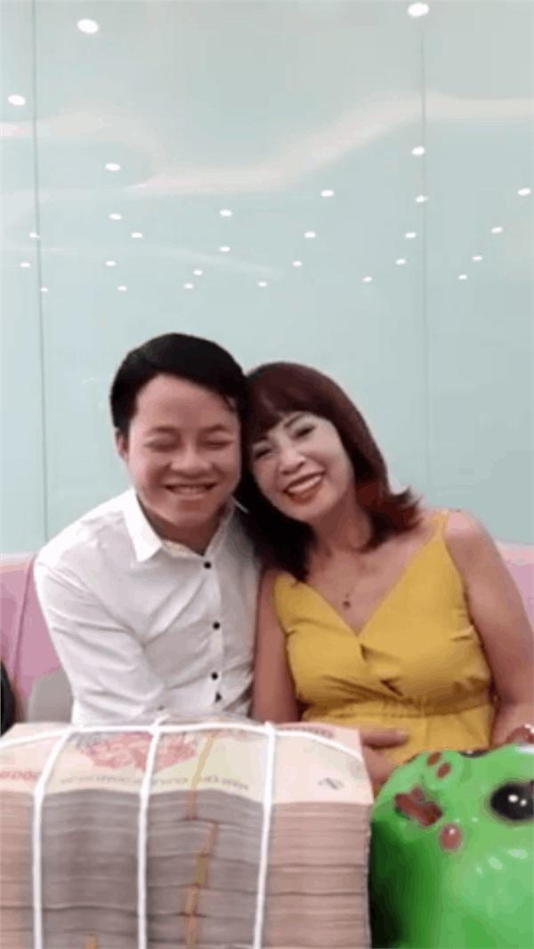 """Đâu cần nhờ Phượng """"Thị Nở"""" mang bầu hộ, cô dâu 62 tuổi giờ đã có bầu với chú rể 26 tuổi rồi đây này!"""
