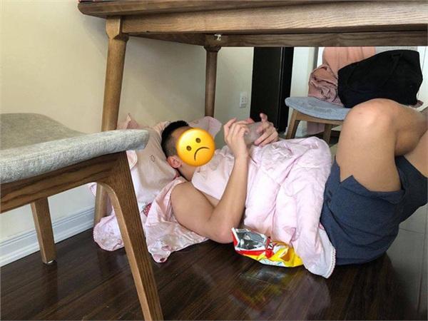 Bị vợ phạt nằm gầm bàn sám hối do không chịu nấu cơm nước, ông chồng than thở: Lấy vợ xong cuộc đời xuống dốc quá!