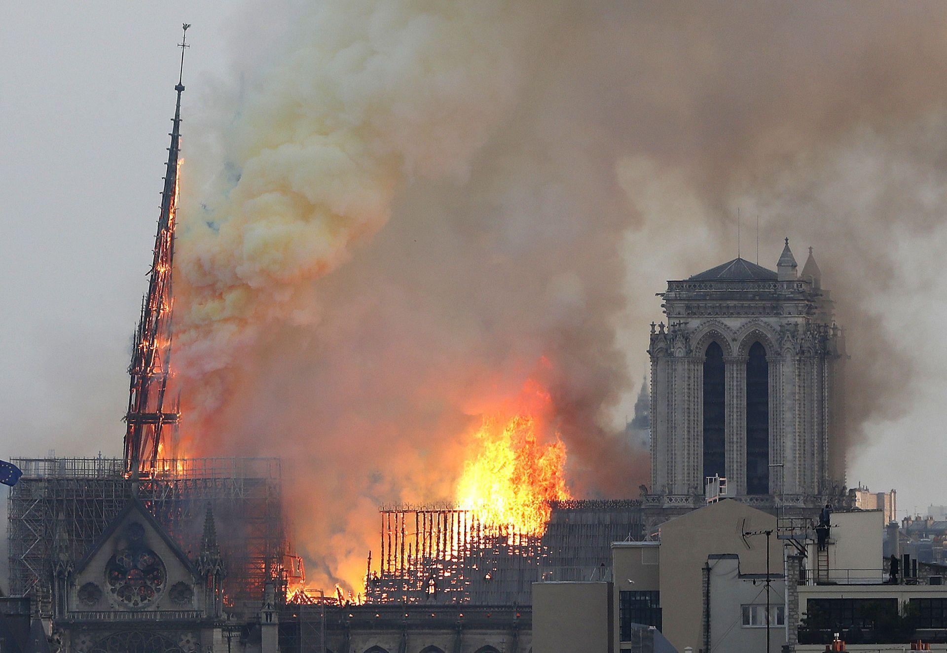 Ảnh 2: Nhà thờ Đức Bà Paris cháy lớn