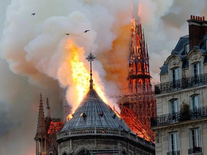 Nhà thờ Đức Bà Paris cháy lớn khiến tháp chuông sụp đổ, người dân quỳ trên đường cầu nguyện