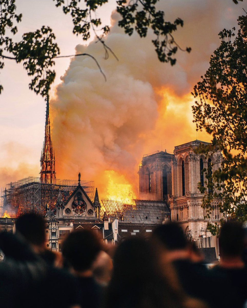 Ảnh 1: Nhà thờ Đức Bà Paris cháy lớn