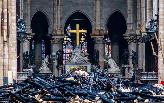 Bi thương khung cảnh đổ nát sau vụ cháy Nhà thờ Đức Bà Paris, thánh giá vẫn sừng sững