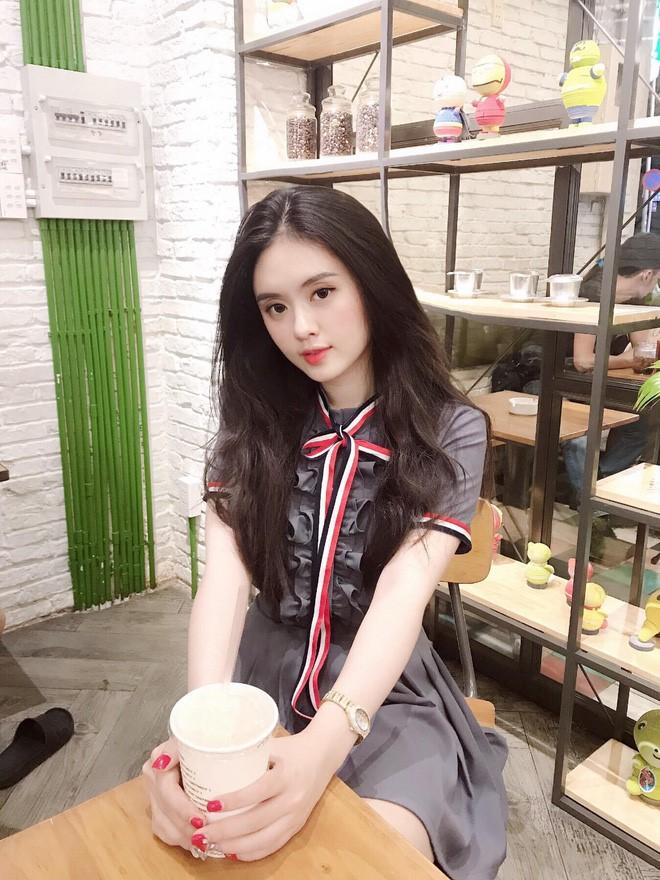 Gương mặt đầu tiên là cô bạn Trần Bạch Tuyết Minh, sở hữu gương mặt thanh tú và vẻ ngoài nữ tính này được dân tình nhiệt liệt cộng điểm nhờ vẻ đẹp ngọt ngào, đúng chuẩn các nàng thơ.