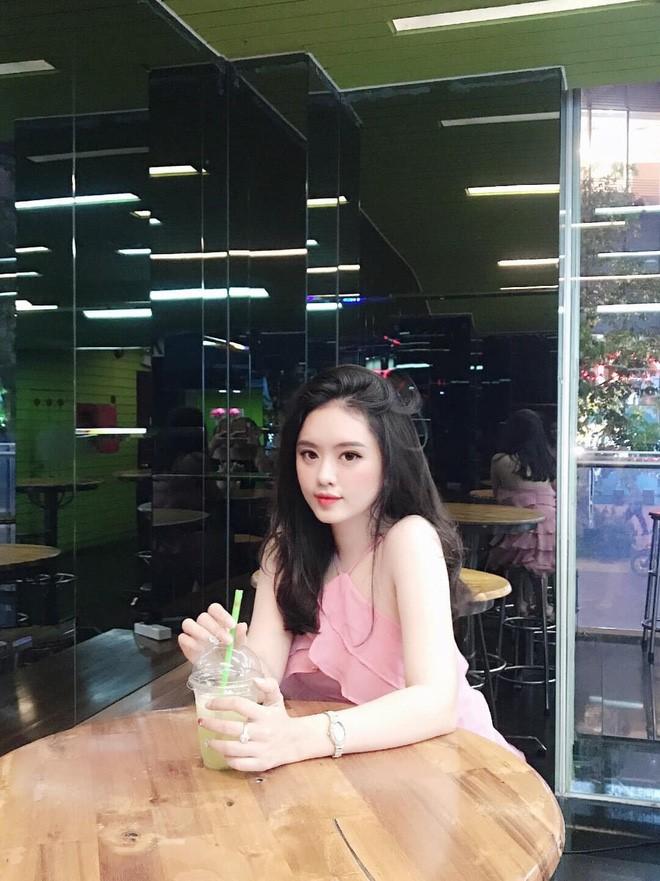 Nữ sinh ĐH Tôn Đức Thắng này cao 1m62, sở hữu số đo ba vòng 82-62-94. Không ít bình luận còn cho rằng cô nàng nên suy nghĩ nghiêm túc chuyện tham gia một cuộc thi nhan sắc vì vẻ ngoài quá xinh đẹp.