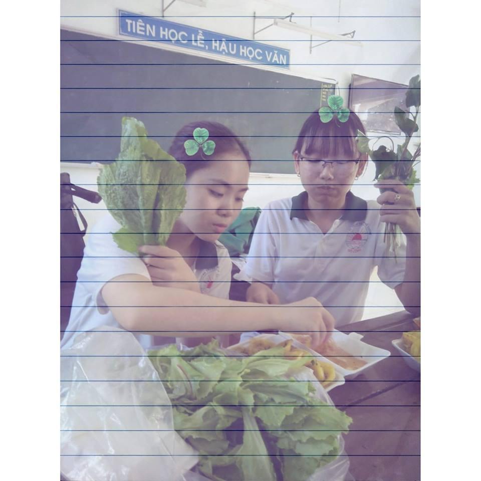 Ảnh 3: Ăn quà vặt trong lớp - We25.vn