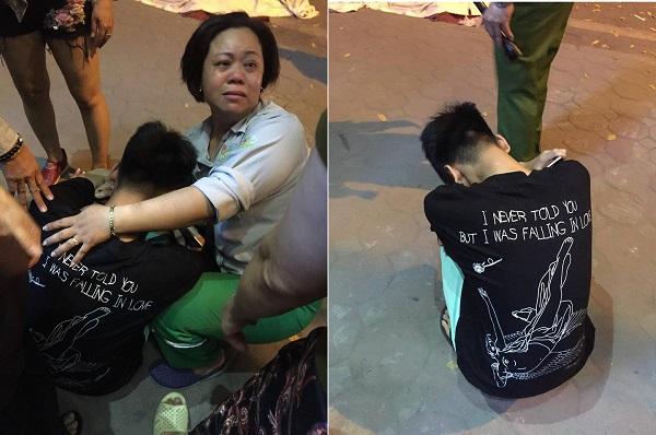 Xúc động hình ảnh cậu con trai gục đầu nhìn mẹ nằm lại trên phố, nhưng dòng chữ trên áo mới khiến CĐM cay mắt
