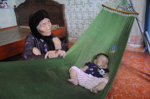 Cháu bà nội tội bà ngoại: Con gái đi lấy chồng rồi, mẹ vẫn tất tả, gánh khổ vì con vì cháu