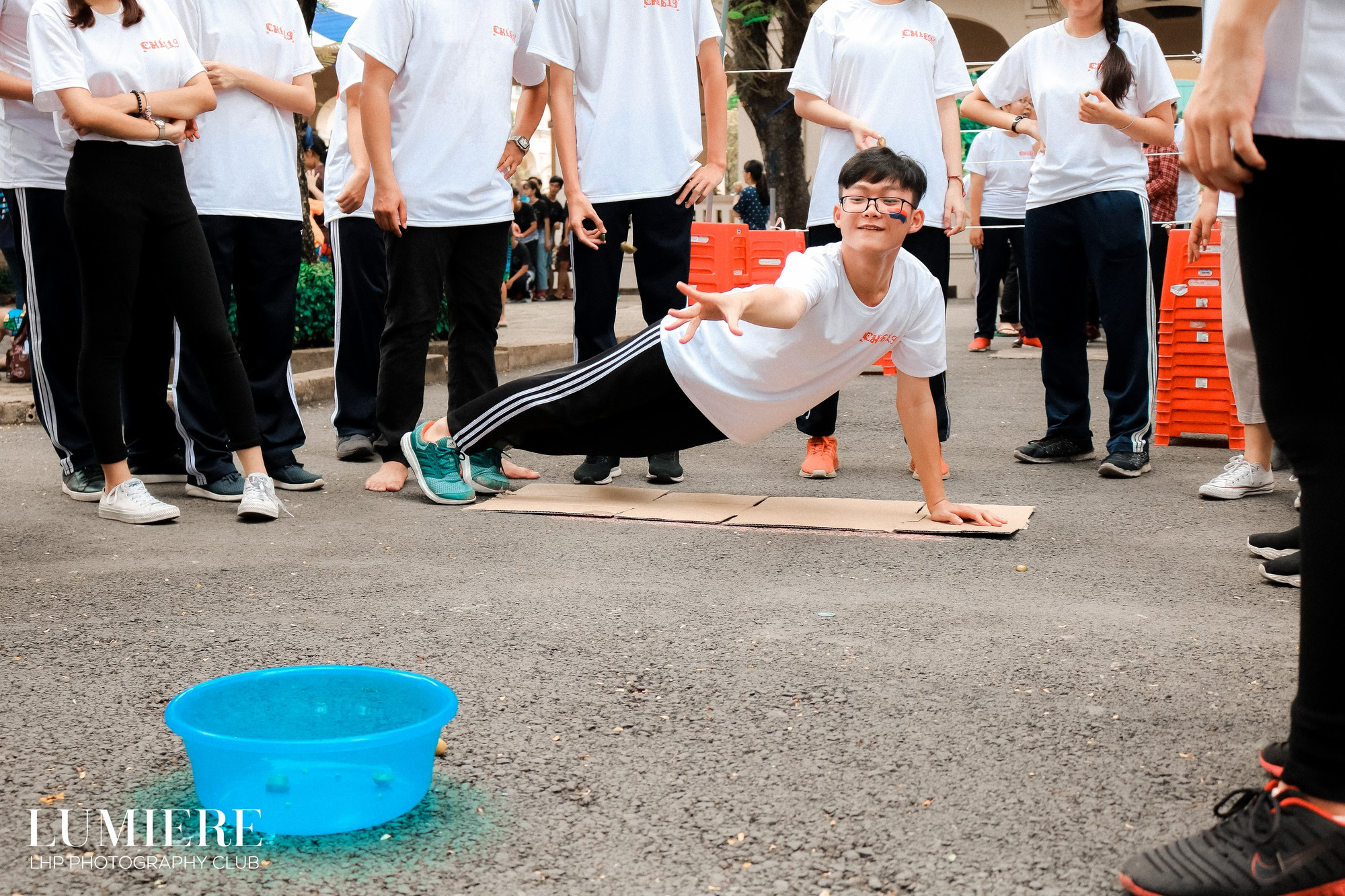 """Các bạn học sinh vẫn tiếp tục tham gia các trò chơi của phần buổi chiều sau hoạt động """"warm-up"""" lấy không khí."""
