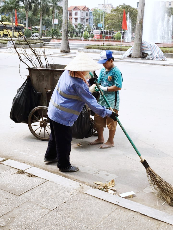 Ảnh 1: Nữ công nhân môi trường - We25.vn