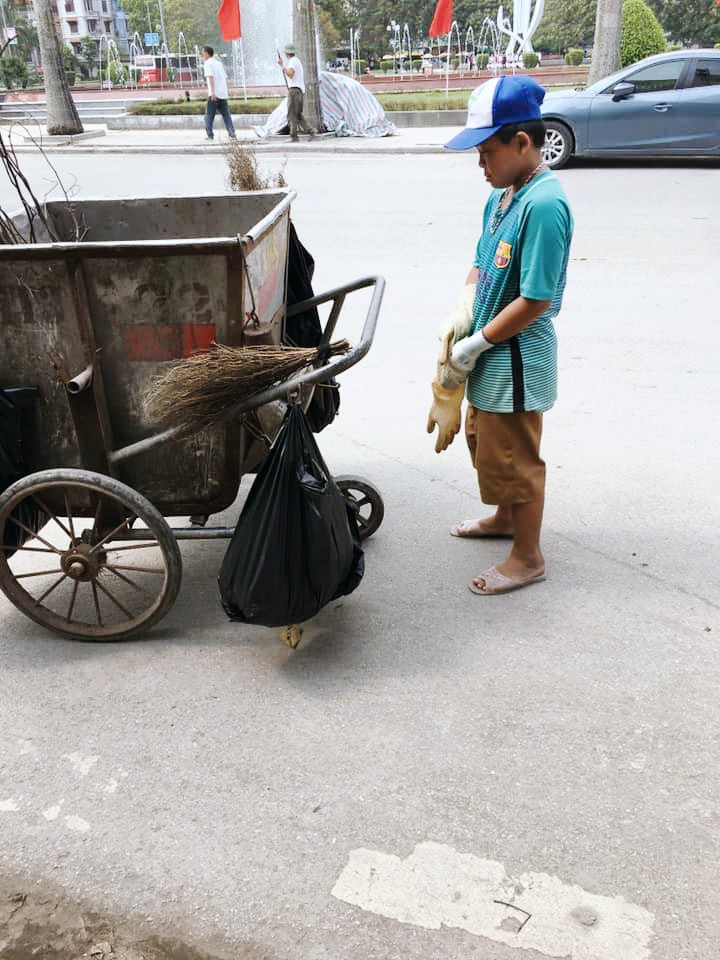 Ảnh 2: Nữ công nhân môi trường - We25.vn