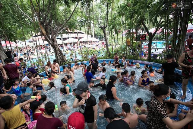 Bể bơi lớn thì đông nghẹt, còn bể bơi cho trẻ em cũng không khá khẩm hơn, người lớn đưa con xuống tắm càng khiến chỗ này chật chội. Tại đây có bảng nhiệt độ đo tại công viên là 33 độ C nhưng nhìn chung vẫn vô cùng oi bức.