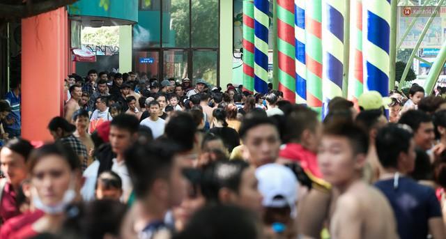 Việc công viên nước ngày lễ chật kín người là vì thời tiết Sài Gòn nắng nóng kéo dài khiến nhiều người mệt mỏi, tìm cách trốn nóng.