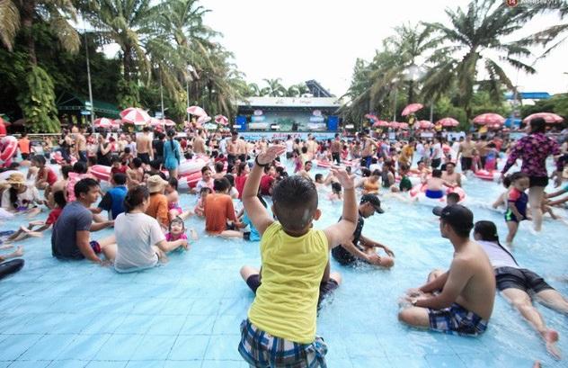 Trong khi đường phố ở Sài Gòn vắng vẻ thì tại một số khu vui chơi, đặc biệt là công viên nước ngày lễ lại quá tải vì hàng chục ngàn người chen chân vào đây trốn nắng nóng.