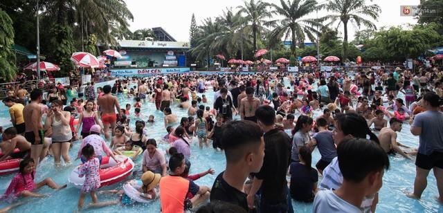 Do quá đông nên việc tìm vị trí trong công viên để tắm cực kỳ khó khăn, nhiều người phải chờ đợi khá lâu mới có được chỗ để hoà mình vào nước, giải toả sự oi bức.