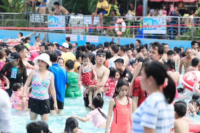 Mỗi mét vuông trên mặt nước của biển nhân tạo trong công viên luôn có khoảng từ 3 - 4 người lớn lẫn trẻ em.