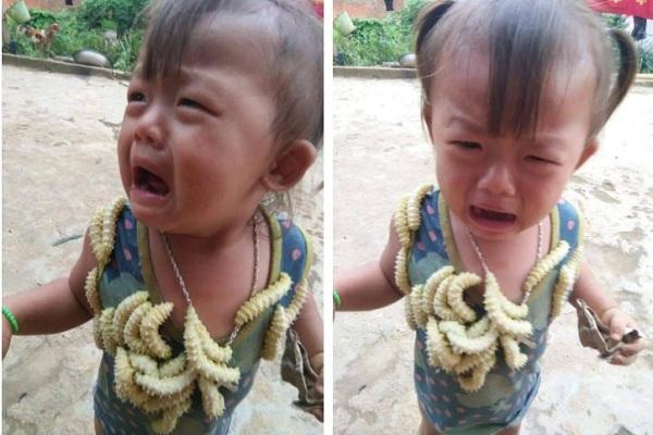 """Em bé 2 tuổi khóc thét khi bị anh trai bỏ tằm đầy người, dân mạng phẫn nộ ném """"gạch đá"""" ầm ầm"""