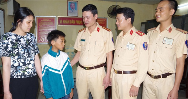 Thêm một bé trai đạp xe hơn 100 km về Hà Nội tìm mẹ vì... nhớ mẹ