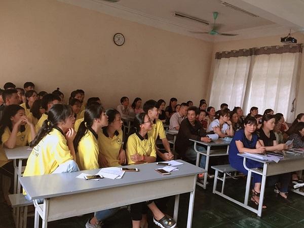 Phụ huynh và học sinh cùng ngồi họp cuối kỳ: Buổi họp phụ huynh cuối cùng nên muốn có kỷ niệm