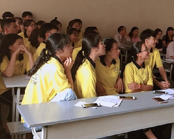 Ảnh 2: Phụ huynh và học sinh cùng ngồi họp - We25.vn