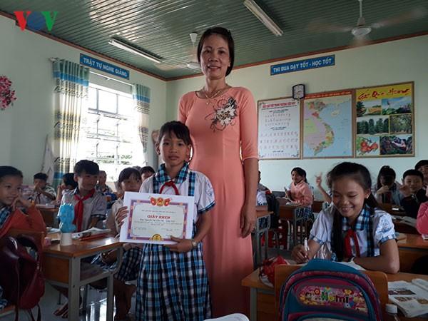 Ảnh 1: Học sinh trả lại vàng - We25.vn