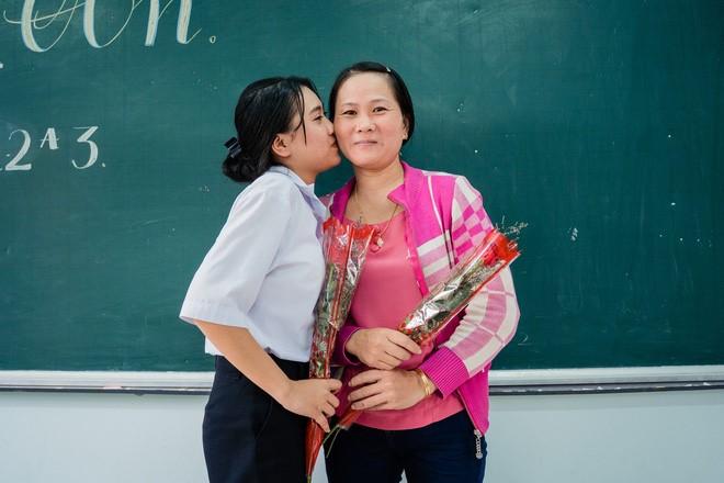 """Bạn Thảo Trinh, một thành viên của lớp 12A3, cho biết: """"Tụi em đã bí mật chuẩn bị một món quà để tặng cho bố mẹ, đồng thời nói ra cảm xúc thật của mình qua những lời xin lỗi và cảm ơn, để rồi không ai có thể cầm được nước mắt""""."""