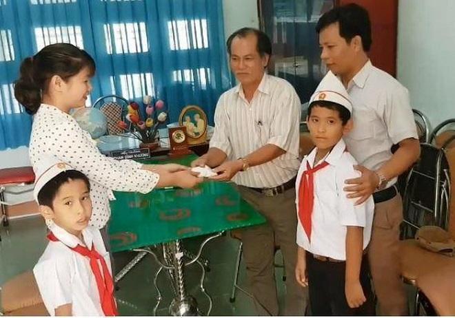 Ảnh 2: Học sinh nhặt được 6 chỉ vàng - We25.vn