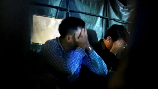 Nhân viên Nhật Cường Mobile lên xe công an lúc nửa đêm sau 13 tiếng đồng hồ khám xét trụ sở?