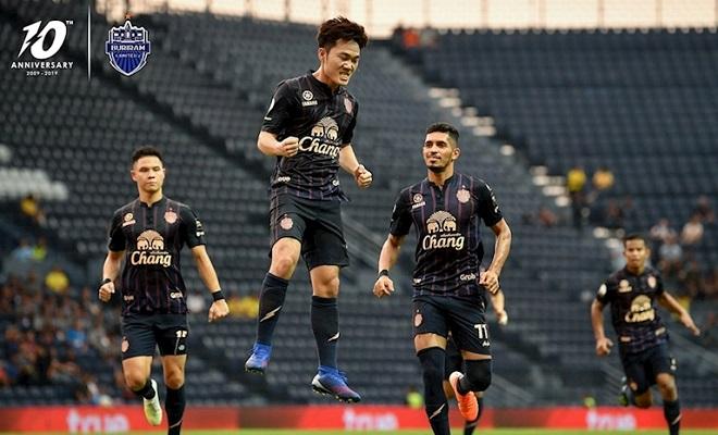 Xuân Trường lần đầu ghi bàn ở giải Thái Lan khi lập siêu phẩm sút phạt cho Buriram United
